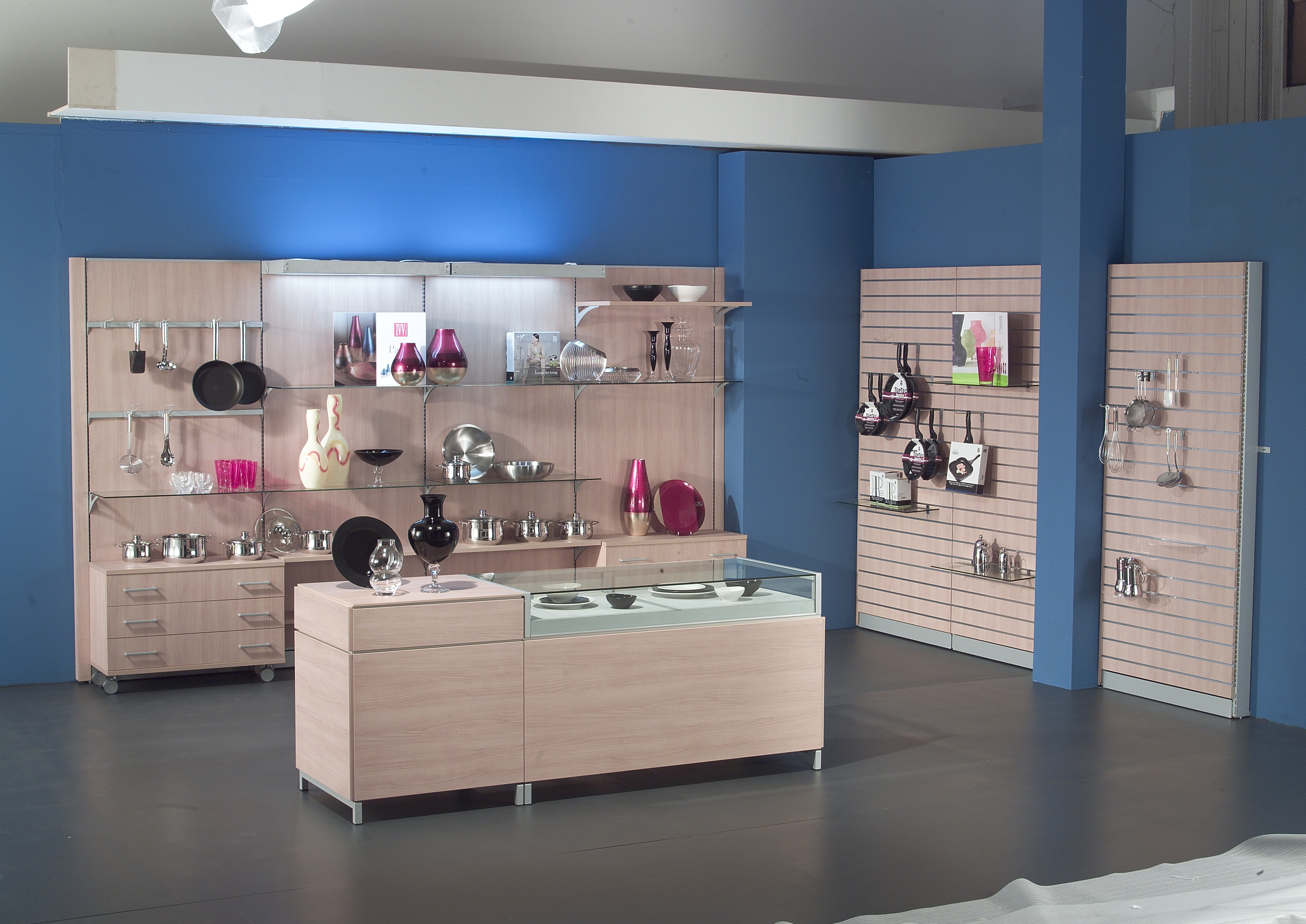 arredamento per negozio di articoli da regalo e profumeria