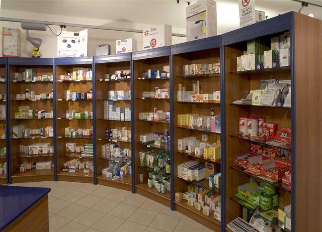 Arredamento negozio di ottica e parafarmacia olbia for Scaffali arredo