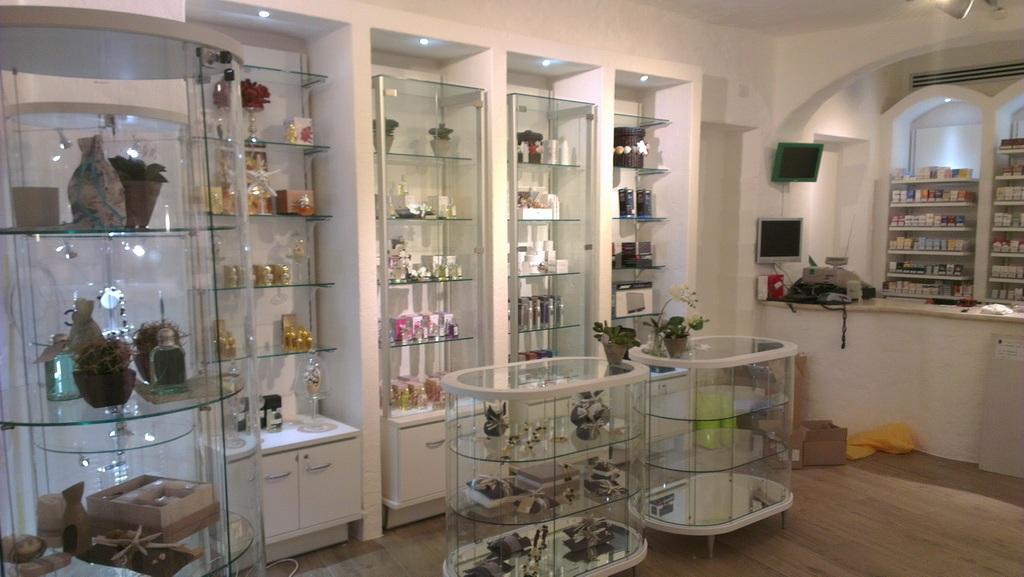 Arredamento per negozio di articoli da regalo e profumeria for Regalo arredamento usato