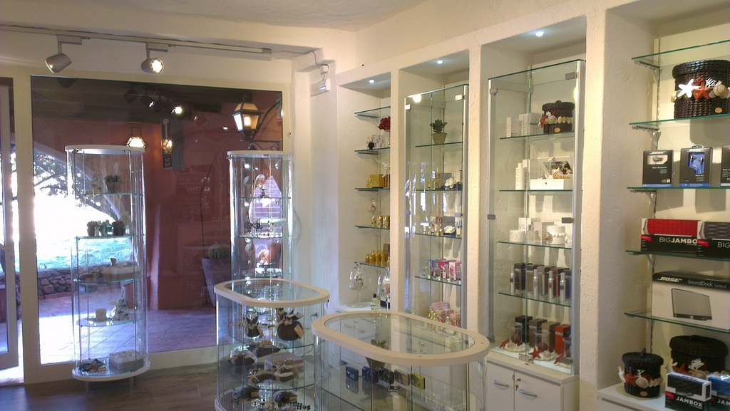 Arredamento per negozio di articoli da regalo e profumeria for Arredamento profumeria