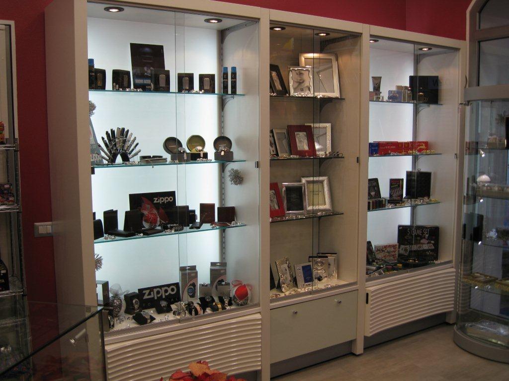 Arredamento per negozio di articoli da regalo e profumeria for Negozi arredamento cagliari