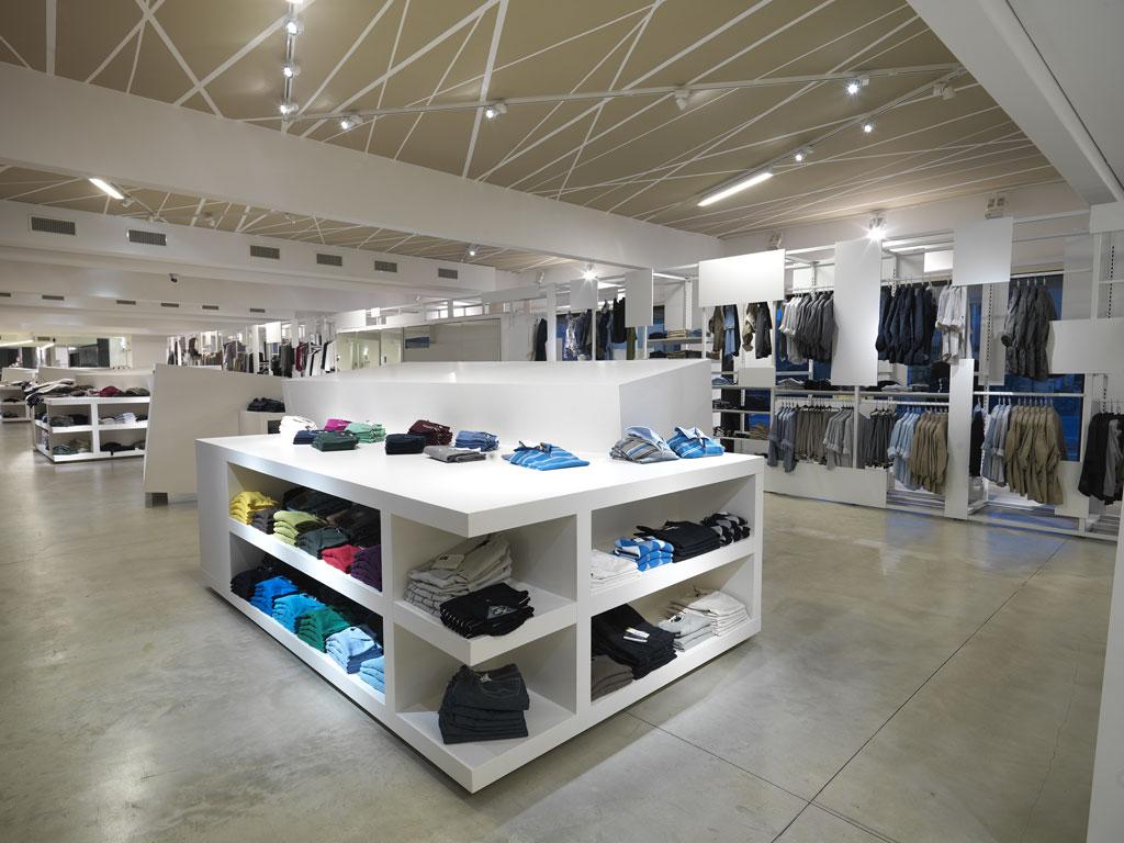 Arredamento per negozio di abbigliamento olbia alghero for Negozi arredamento ancona