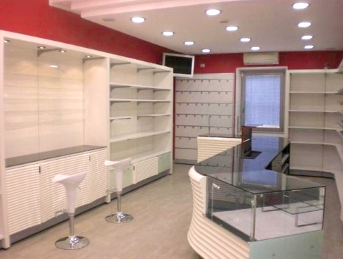 Arredamento per negozio di articoli da regalo e profumeria for Arredo profumeria